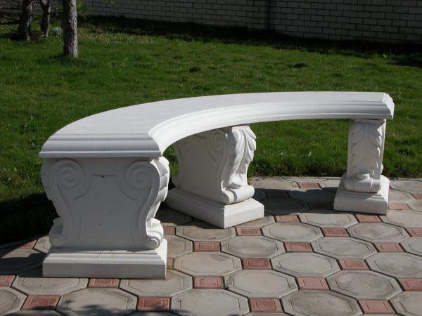 Полукруглая бетонная скамейка