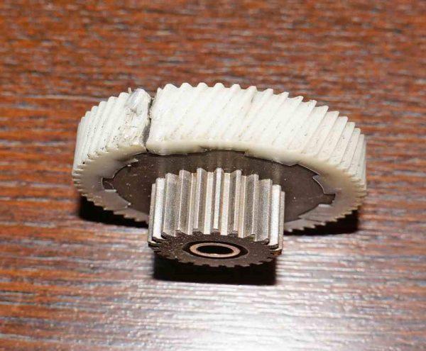 Поврежденная шестеренка из пластика