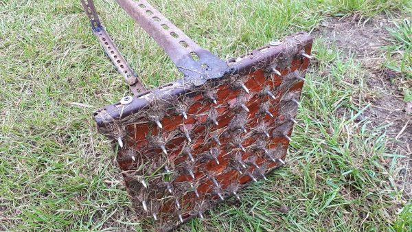 Приспособление для протыкания газона