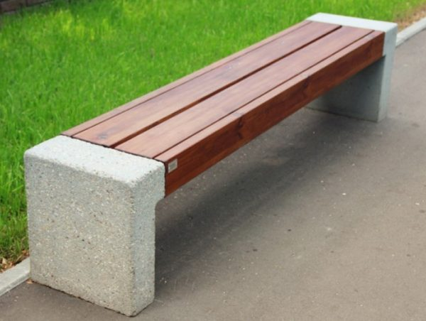 Скамейка на бетонных подставках