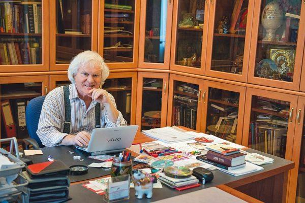 Юрий Куклачев в своем кабинете