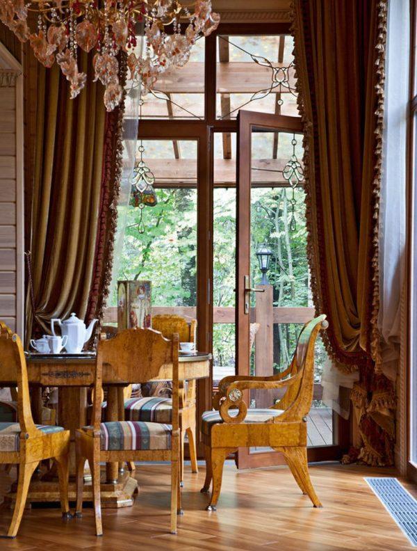 Столовая в особняке с выходом на веранду