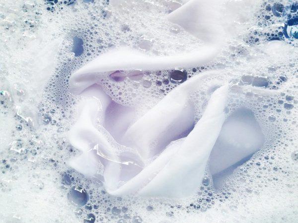 Смесь аммиака с перекисью водорода отлично справится с пятнами дезодоранта