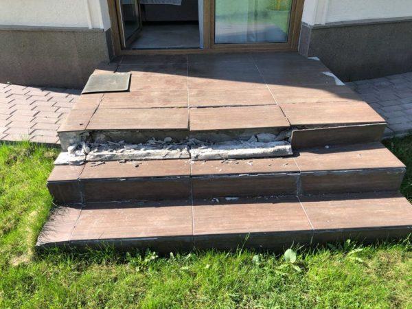 Отслаивание плитки на ступенях