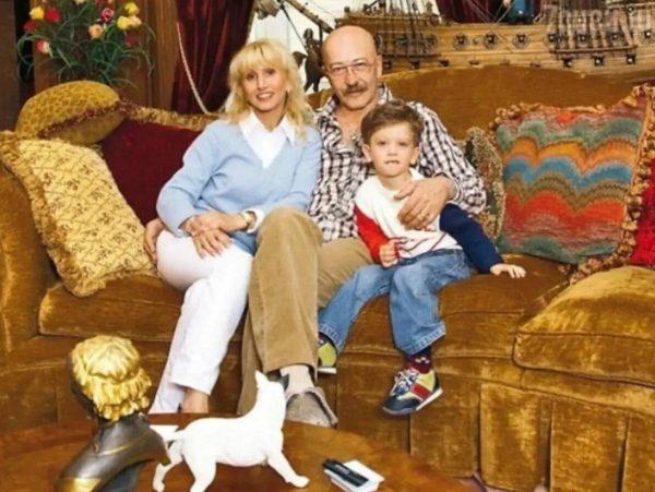 Розенбаум с семьей в квартире на Васильевском острове