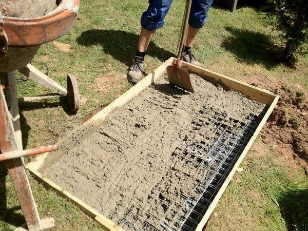 Заливка фундамента для стационарного мангала