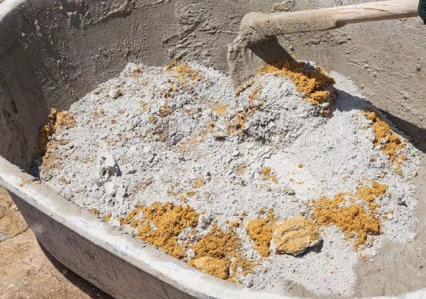 Замешивание мелкозернистого бетона вручную