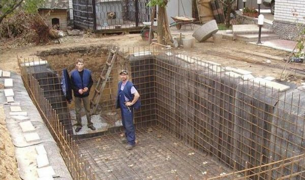 Армирование дна и стенок