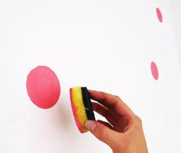Круглые точки на стене