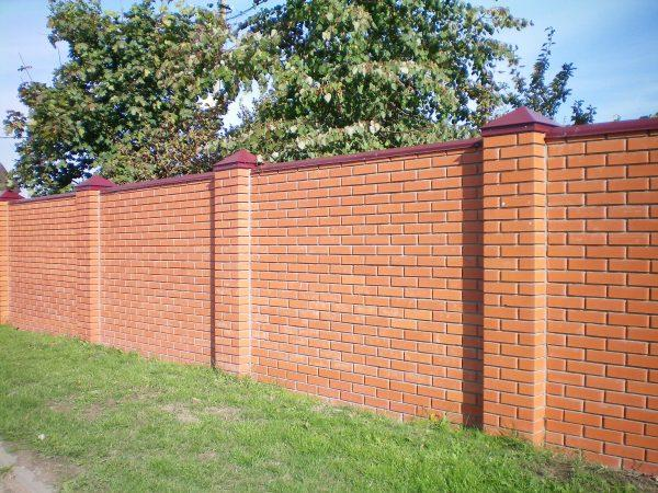Кирпичный забор для дачи