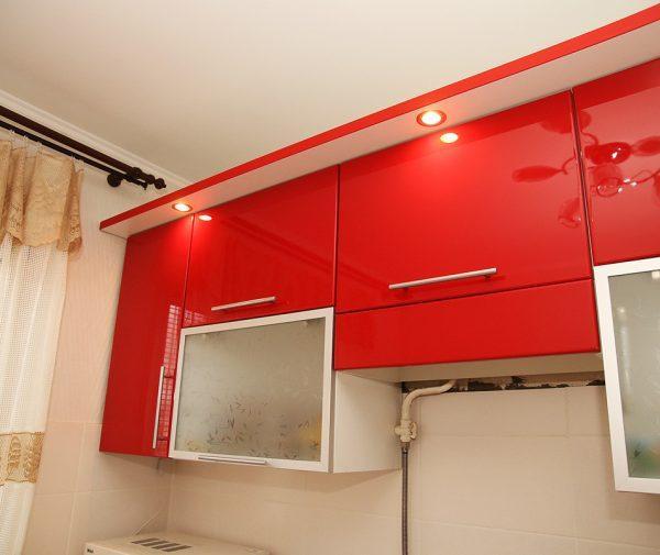 Козырек с подсветкой над кухонным гарнитуром