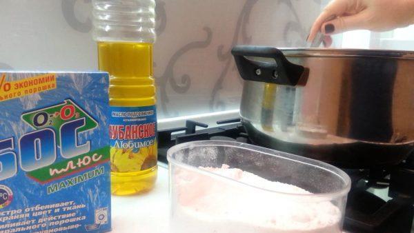Раствор из растительного масла и стирального порошка