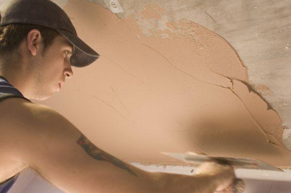 Нанесение штукатурной смеси на потолок