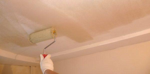 Обработка потолка проникающей грунтовкой