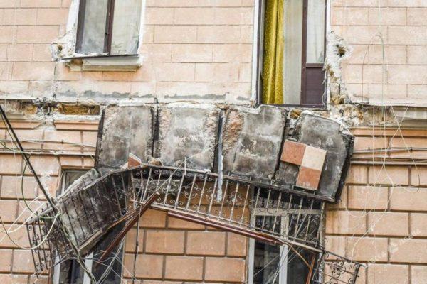Обрушение старого балкона