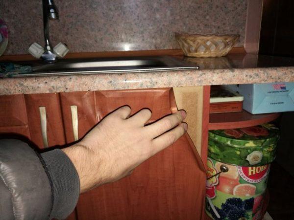 Отслоение плёнки ПВХ на фасаде кухни