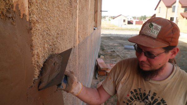 Саманные стены необходимо штукатурить