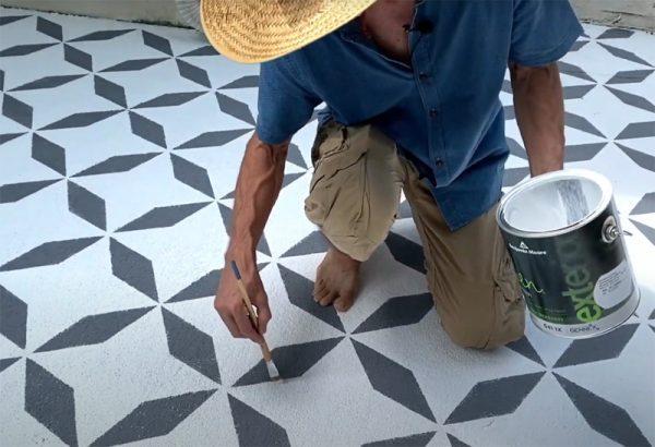 Рисунки краской на бетонной площадке