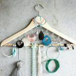 Применение вешалки для одежды не по назначению