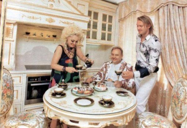 Кадышева с семьей на кухне