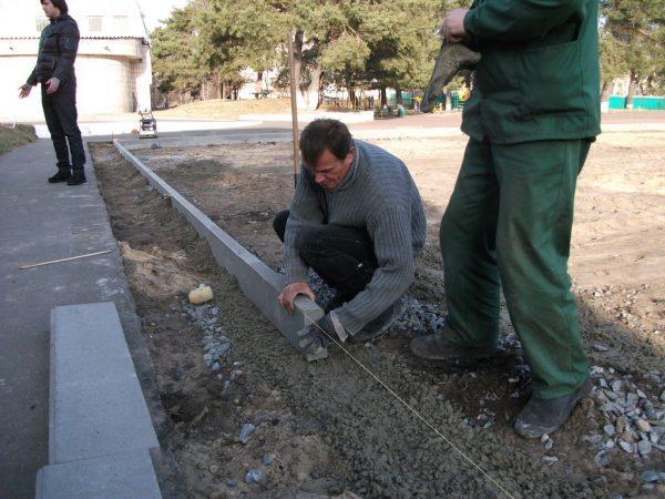 Установка бордюра на бетон