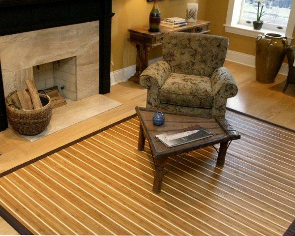 Бамбуковая циновка на полу