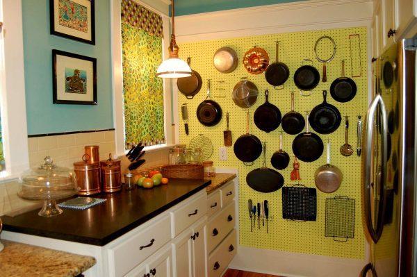 Декорирование стены посудой
