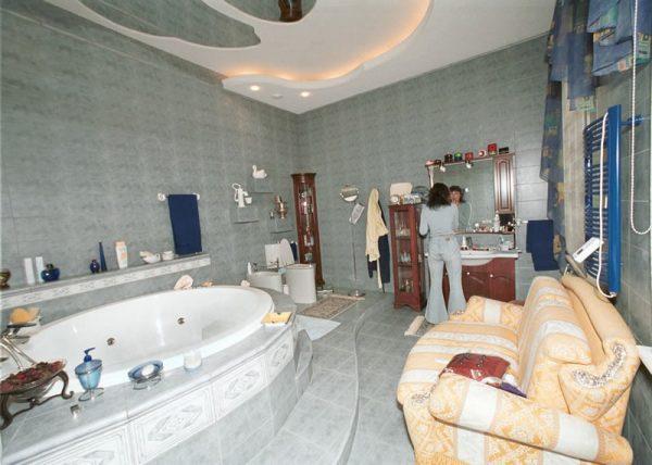 Диван в ванной комнате