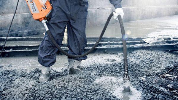 Использование вибратора для укладки бетона