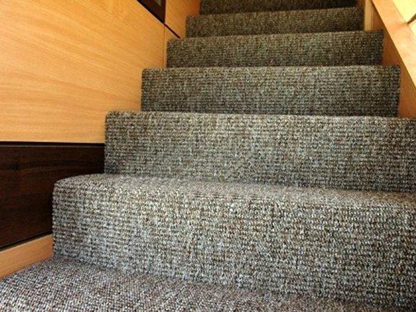 Ковролин на бетонной лестнице