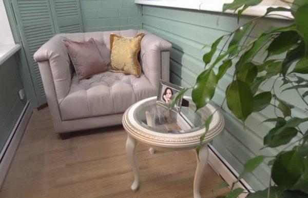 Кресло и столик на лоджии