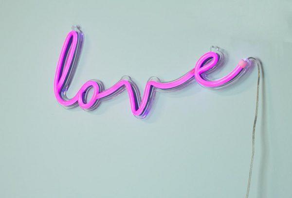 Надпись LOVE на стене
