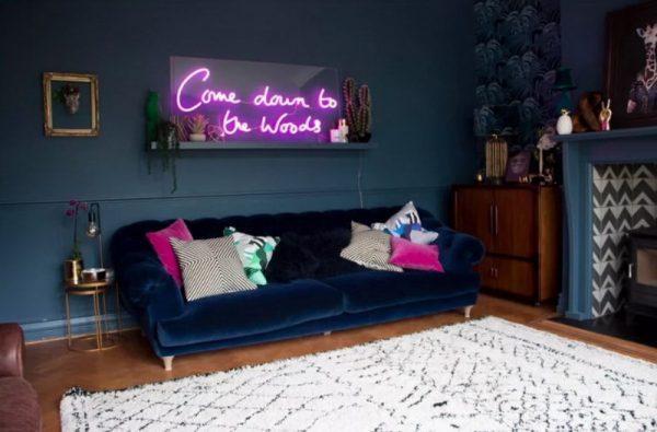 Неоновая вывеска над диваном