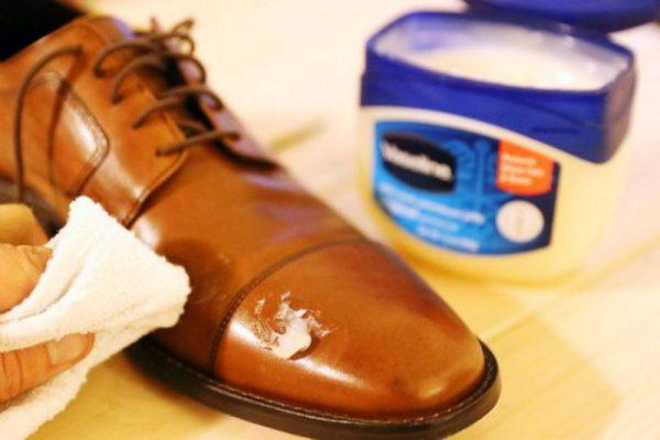 Обработка обуви вазелином
