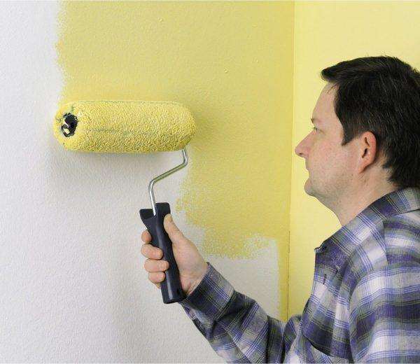 Окрашивание стен валиком