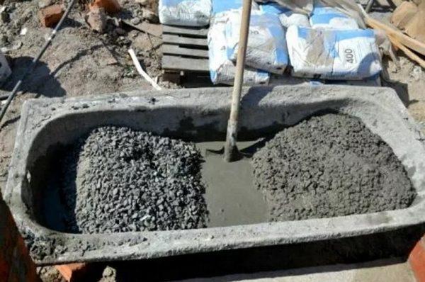 Замешивание бетона вручную