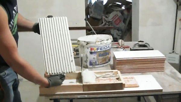 Конечный результат - плитка с аккуратно нанесенным клеем