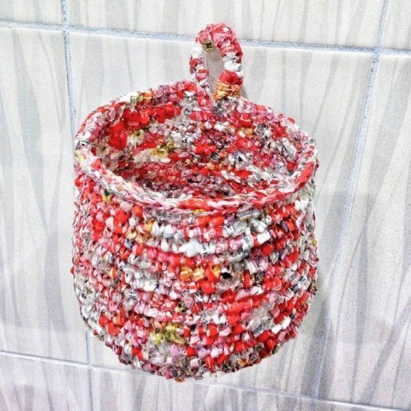 Плетеная корзина из пакетов