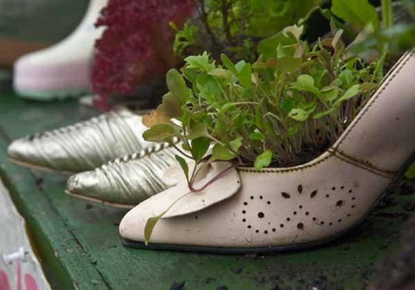 Кашпо из старых туфель