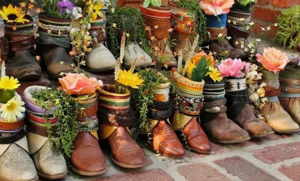 Необычные цветочные горшки из обуви
