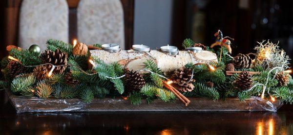 Новогодняя композиция из еловых веток и шишек