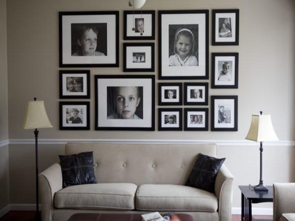 Размещение фотографий на стене над диваном