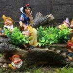 Разноцветные фигуры в саду