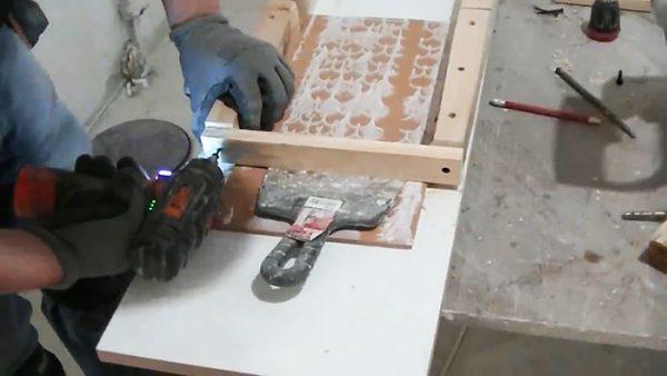 Закрепление рейки на подаче плитки