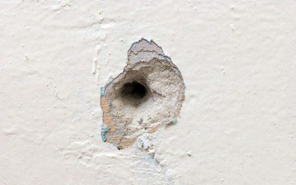 След от гвоздя в стене
