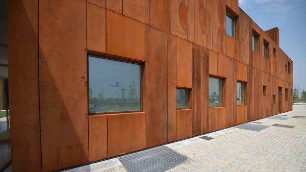 Фасад здания из металла