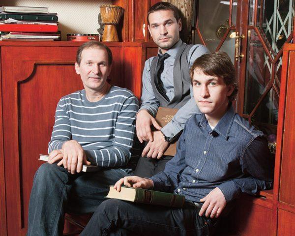 Федор Добронравов с сыновьями в загородном доме