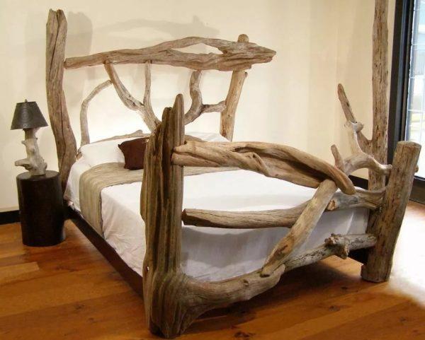 Кровать из коряг и стволов