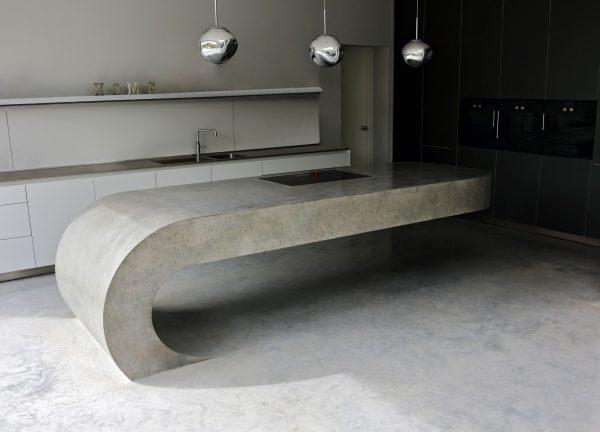 Массивный кухонный стол