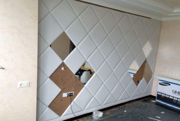 Наклеивание панелей на стену